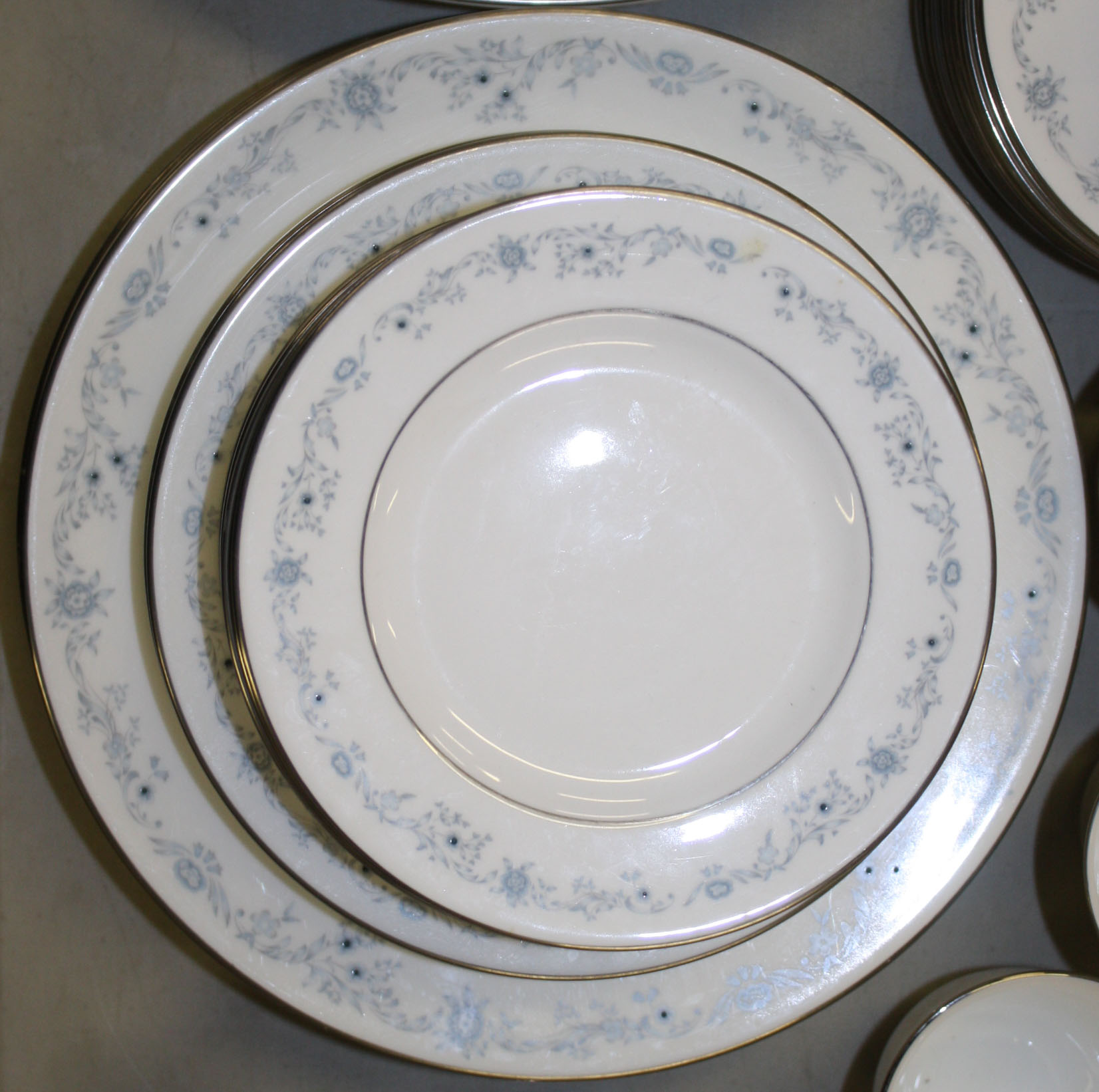 Royal Doulton Angelique pattern china.JPG & Royal Doulton Angelique pattern china.JPG | Merrillu0027s Auction